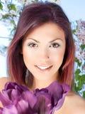 有紫罗兰色郁金香花的秀丽少妇 图库摄影