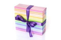 有紫色丝带的礼物盒 库存图片