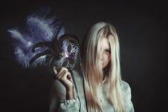 有紫色威尼斯式面具的妇女 免版税库存照片