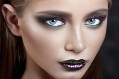 有紫色构成的年轻美丽的女孩 免版税库存照片