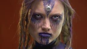 有紫色构成的恶魔在橙色背景在不同的方向看 影视素材