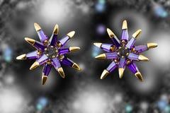 有紫色水晶的金黄耳环 豪华时尚首饰 Bokeh backround 免版税库存图片