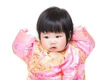 有繁体中文服装的女婴感人的头 免版税库存照片