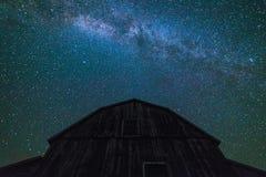 有繁星之夜天空的老谷仓与银河在夏天 库存图片