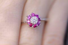 有红宝石金刚石圆环的妇女的手 免版税库存图片