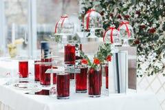 有红潮和玫瑰的花瓶作为婚礼装饰的部分 免版税图库摄影