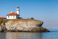 有红灯的白色灯塔在圣阿纳斯塔西娅海岛上 库存照片