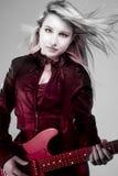 有红灯的,电吉他年轻美丽的金发碧眼的女人 库存图片