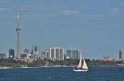 有红眼圈的三角帆晴朗的多伦多地平线黄昏的唯一风船 库存图片