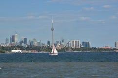 有红眼圈的大三角帆的小船航行多伦多港口 图库摄影