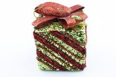 有红绿的颜色的礼物盒与在白色背景的一把红色弓 免版税库存图片