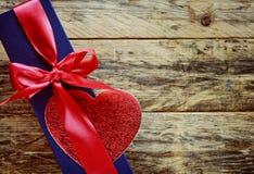 有红色丝带和心脏的蓝色礼物盒 免版税库存图片