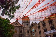 有红色丝带和旗子的宽容大教堂在晚上 马尼拉菲律宾 库存图片