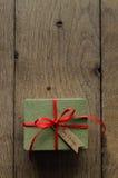 有红色丝带和葡萄酒样式圣诞节的简单的绿色礼物盒 库存图片