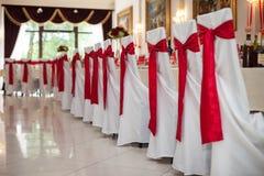 有红色丝带的优美地承办宴席的结婚宴会大厅在勒克斯 免版税图库摄影