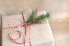 有红色丝带的圣诞节或新年礼物盒从工艺纸 免版税库存图片