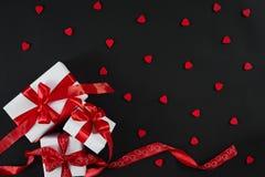 有红色丝带的白色礼物盒在黑背景 8作为背景看板卡日eps文件现在问候检验的另外的ai在空白待定救的华伦泰 免版税图库摄影