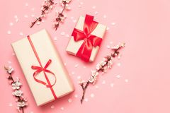 有红色丝带的礼物盒与花小树枝在桃红色背景的与文本的空间 库存照片
