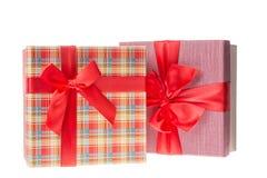 有红色丝带的礼物盒情人节或圣诞节的,新年 查出在白色 库存图片