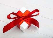 有红色丝带的礼物盒,在白色木背景, clippi 免版税库存照片