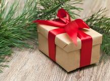 有红色丝带的米黄礼物盒 免版税库存图片