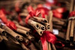 有红色丝带的肉桂条 库存图片