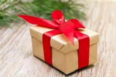 有红色丝带的,软的焦点米黄礼物盒 免版税图库摄影