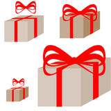 有红色丝带的Ligth棕色当前箱子 免版税库存照片