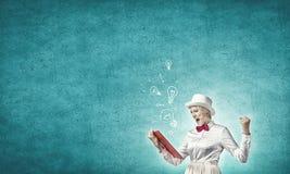 有红色书的女孩 免版税库存图片