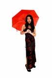 有红色伞的妇女。 免版税库存图片