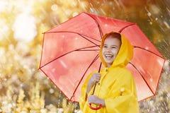 有红色伞的孩子 免版税库存照片