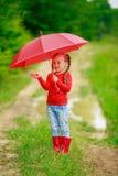 有红色伞的小女孩 库存图片