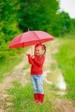 有红色伞的小女孩 免版税库存图片