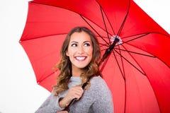 有红色伞的美丽的妇女 库存照片