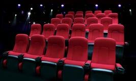 有红色位子的空的剧院观众席 免版税库存图片
