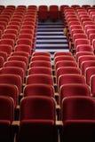有红色位子的空的剧院 免版税库存图片