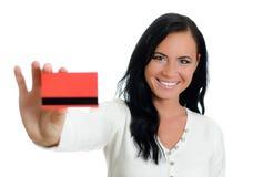 有红色信用卡的微笑的妇女。 免版税库存照片