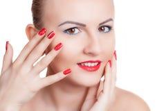有红色修指甲和红色唇膏的少妇 库存照片