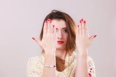 有红色修指甲的妇女在钉子 免版税库存图片