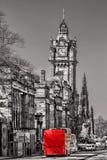 有红色公共汽车的爱丁堡反对clocktower在苏格兰 免版税库存图片