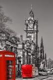 有红色公共汽车的爱丁堡反对clocktower在苏格兰 库存图片