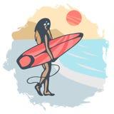 有红色冲浪板的女孩在日落背景的海滩与手拉 库存图片