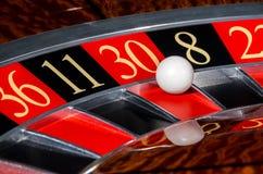 有红色区段的三十30经典赌博娱乐场轮盘赌的赌轮 库存照片