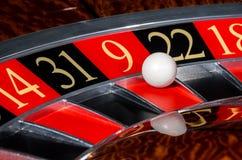 有红色区段的九9经典赌博娱乐场轮盘赌的赌轮 免版税库存照片