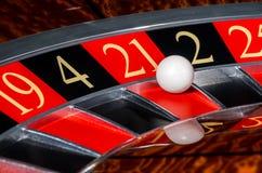 有红色区段的二十一21经典赌博娱乐场轮盘赌的赌轮 免版税库存图片