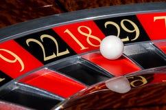 有红色区段的十八18经典赌博娱乐场轮盘赌的赌轮 库存照片