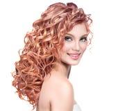有红色卷发的少妇 库存图片