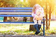 有红色卷发的美丽的女孩在秋天公园 库存照片
