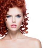 有红色卷发的美丽的少妇 免版税图库摄影