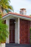 有红色口音的葡萄酒样式南佛罗里达房子 免版税库存图片